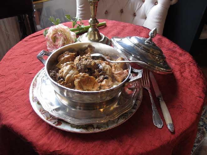 Exemples de plats Maison servis dans notre restaurant à La Perrière : Ris de veau aux morilles, un plat cuisiné avec de la viande biologique issue de notre terroir de l'Orne et l'Eure-et-loir
