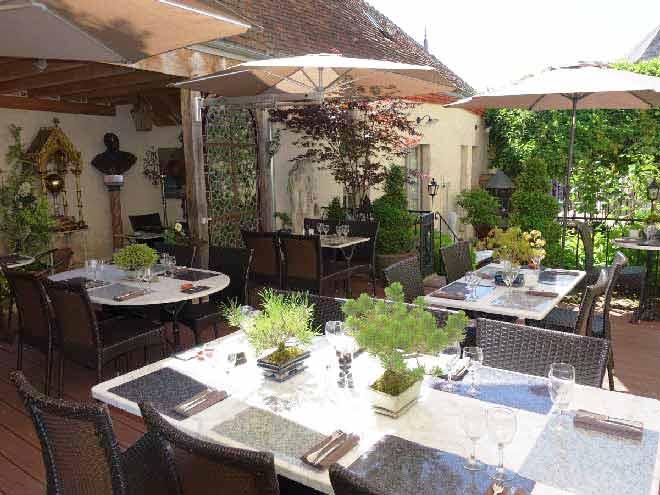 Le restaurant La Maison d'Horbé se situé à La Perrière près de Bellême et de Mamers vous ouvre sa terrasse durant l'été afin de profiter des rayons du soleil entre Alençon et Nogent-le-Rotrou
